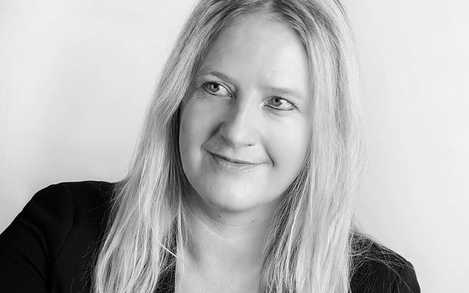 PR-Beraterin Susanne Ebner berät Unternehmen bei ihrer PR und ihrer Öffentlichkeitsarbeit, außerdem übernimmt sie die Verantwortung für die gesamte Unternehmenskommunikation.